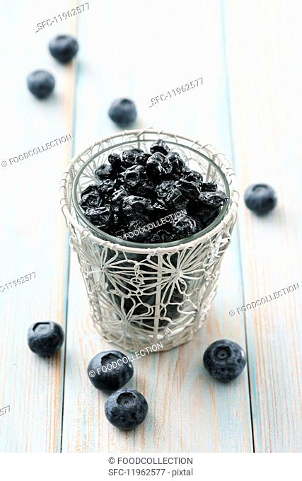 Fresh and dried blueberries