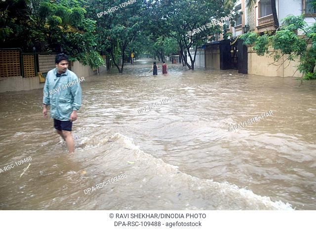 Season Monsoon ; Heavy raining and water logging on Suburb road dated 5th july2006 ; Bombay Mumbai ;  Maharashtra ; India