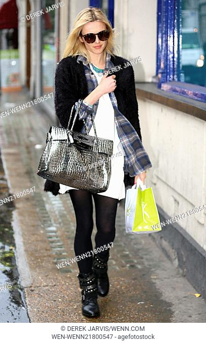 Fearne Cotton grabs a sandwich after leaving work Featuring: Fearne Cotton Where: London, United Kingdom When: 06 Oct 2014 Credit: Derek Jarvis/WENN