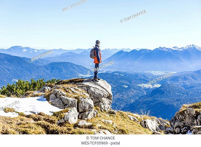 Germany, Upper Bavaria, Garmisch-Partenkirchen, Alpspitze, Osterfelderkopf, hiker looking at distance