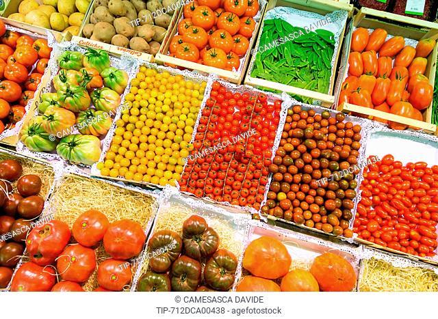 Spain, Catalonia, Barcelona, Santa Caterina market, Assortment of tomatos at the Torrent stand