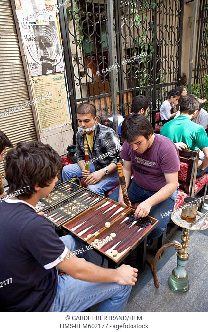 Turkey, Istanbul, Beyoglu, Taksim district, cafes, bars and restaurants in the narrow streets around Istiklal Caddesi, backgammon players