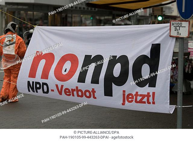 "05 January 2019, Hessen, Büdingen: """"nonpd"""" is on the poster of the counter-demonstrators who have positioned themselves along the thoroughfare"