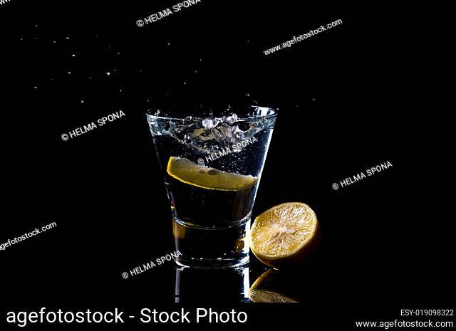 Glas Wasser vor schwarzem Hintergrund