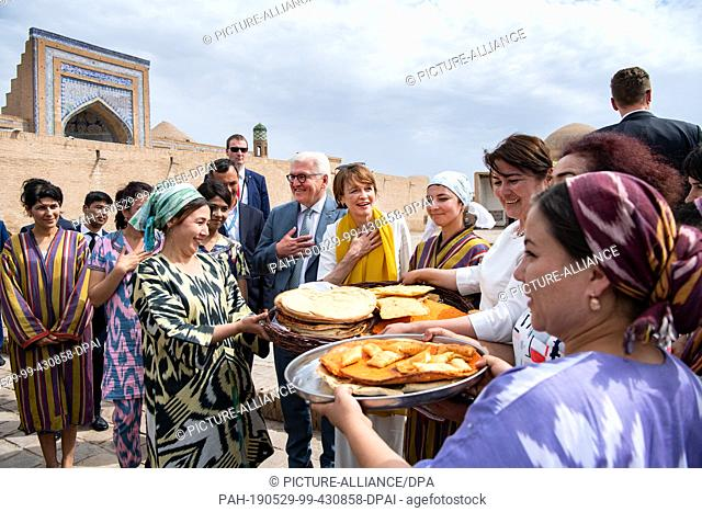 29 May 2019, Uzbekistan, Chiwa: President Frank-Walter Steinmeier and his wife Elke Büdenbender are guided through the old town of Khiva and talk to Uzbek...