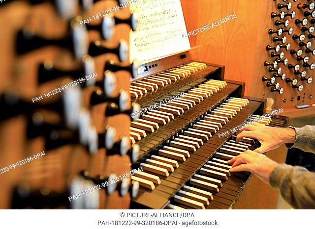 07 December 2018, Saxony-Anhalt, Magdeburg: The hands of the cathedral cantor Barry Jordan play the organ in Magdeburg Cathedral