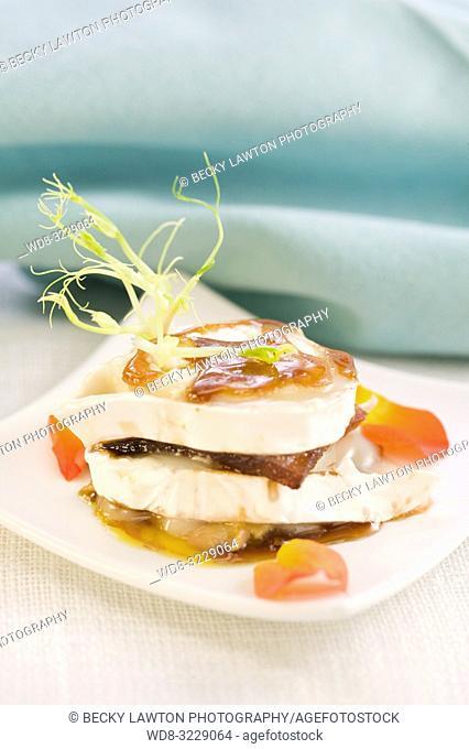 Pincho de manzana caramelizada con foie y queso de cabra