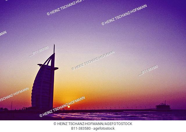 Emirat, Stadt Dubai, Stadtteil Jumeira, das Hotel Burj Al Arab, Luxushotel, Abendlicht, Abendstimmung, Dämmerung Emirate, city of Dubai, district Jumeirah