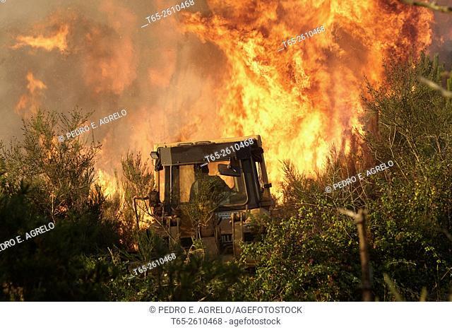 Cutting a firebreak. Forest fire in the Serra do Careon, Province of Lugo, Galicia, Spain (09/08/2015)