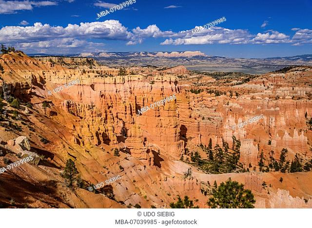 USA, Utah, Garfield County, Bryce Canyon National Park, Amphitheater towards Escalante Mountains, View from Rim Trail between Sunset and Sunrise Point