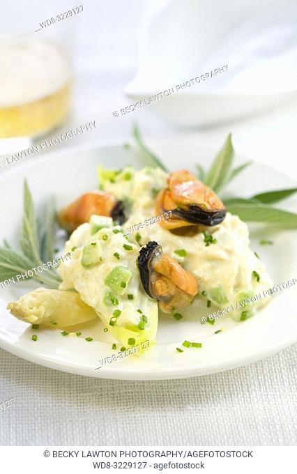 Platillo de endivia, aguacate, esparragos blancos, mejillones y apio con mayonesa