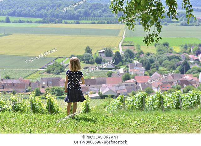 LITTLE GIRL AND VIEW OF BONNEIL, AISNE (02), PICARDIE, FRANCE