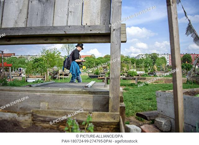 23 April 2018, Germany, Berlin: Juha Jaervinen, participant of the basic income experiment in Finland, visits the Allmende-Kontor community garden on the former...