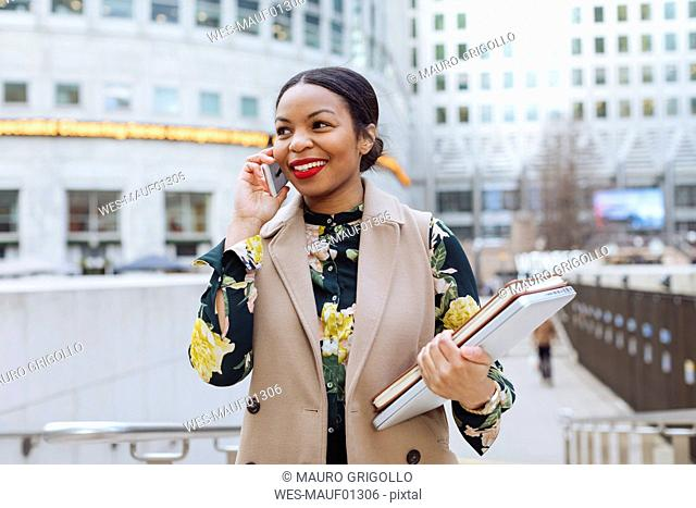 UK, London, portrait of fashionable businesswoman on the phone