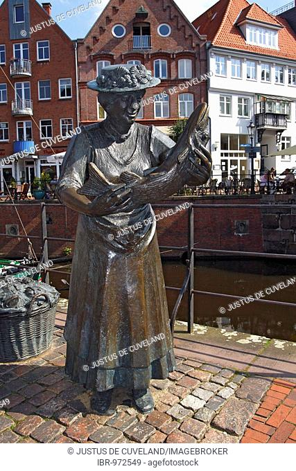 Bronze sculpture of a fisher woman in the old fish market, historic centre of Stade at the old harbour, Lower Saxony, Germany, Europe