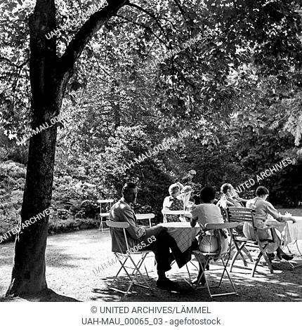 Männer und Frauen sitzen an Tischen einer Außengastronomie bei Triberg im Schwarzwald, Deutschland 1930er Jahre. Men and women sitting on tables of an open air...