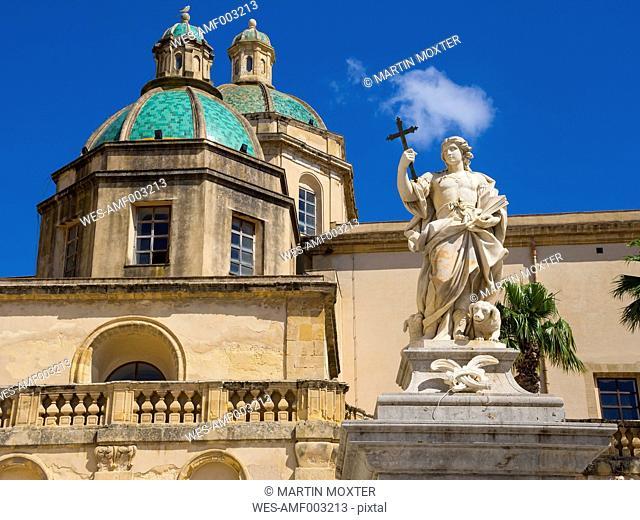 Italy, Sicily, Province of Trapani, Mazara del Vallo, Piazza della Repubblica, Cathedral del Santissimo Salvatore and statue of Saint Vitus