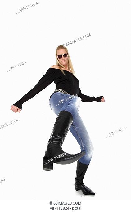 Studioaufnahme - Fashion - Mode - Jeans einer jungen, blonden Frau - 30+ / Studioaufnahmen / *Model Released* / eingebettetes Farbprofil: ECI-RGB