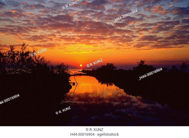 Etang de Vaccarès, pond, lake, sunrise, Camargue, Bouches-du-Rhône Department, Provence, France