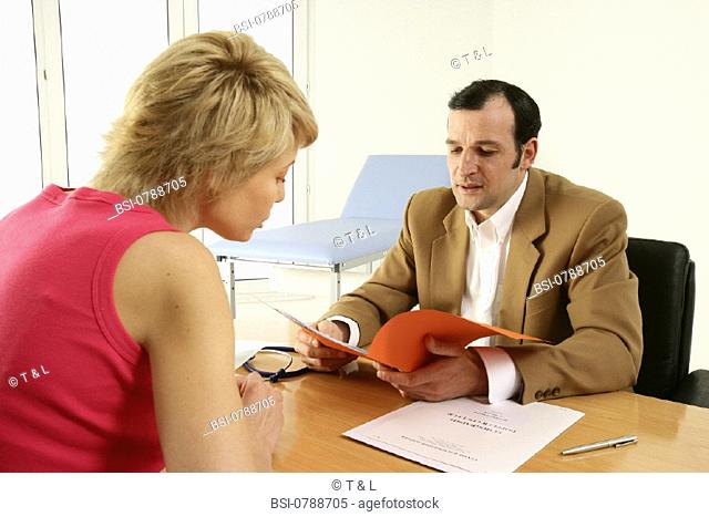 WOMAN IN CONSULTATION, DIALOGUE<BR>Models.<BR>The doctor explains the test results to the patient