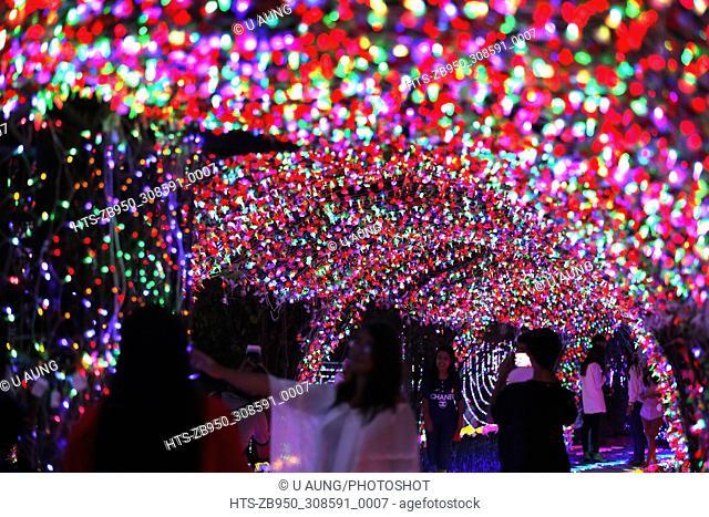 (171207) -- YANGON, Dec. 7, 2017 () -- People visit the Dream World Lighting Festival at the People's Park in Yangon, Myanmar, Dec. 7, 2017