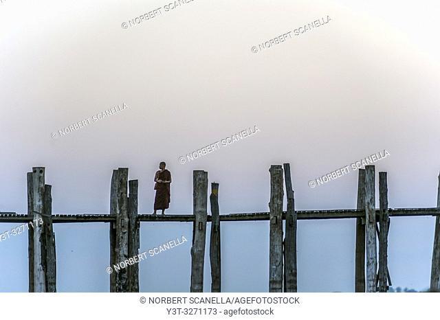 Myanmar (ex Birmanie). Amarapura, region of Mandalay. The bridge U Bein, in teak wood, 1200 meters long, crosses Lake Taugthman