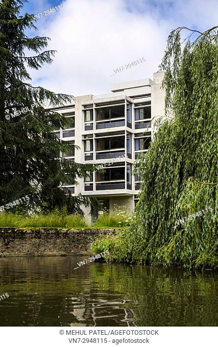 The Cripps building from the river Cam, St John's College, University of Cambridge, Cambridge, England, UK. The Cripps building was built in the 1960s to house...