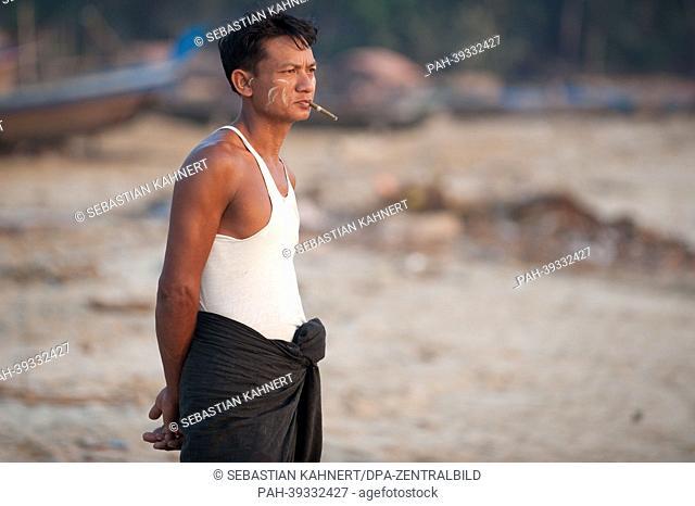 A man smokes at Ngapali Beach, Myanmar, during sunset on 08 April 2013. Photo: Sebastian Kahnert   usage worldwide. - Ngapali/Birma