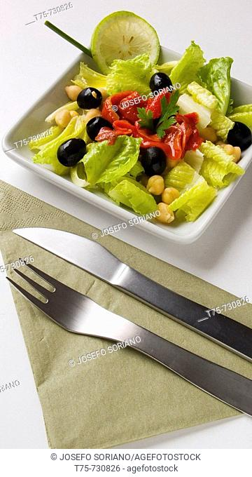 Salad with chickpeas, lettuce, pepper and black olives