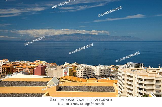 Panorama über den Ferienort Puerto de Santiago, dahinter die Insel Gomera, Südwestküste, Teneriffa, Kanarische Inseln, Spanien, Europa