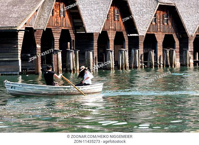 Ein junges Paar rudert auf einem See