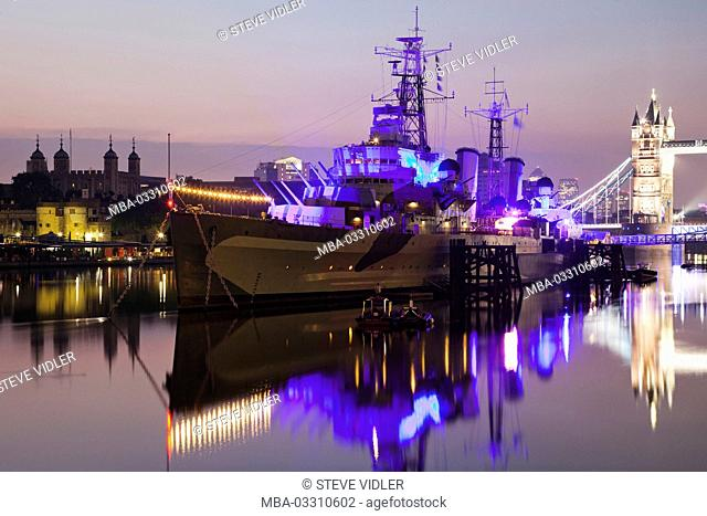 England, London, Southwark, war museum, was illuminated Imperial museum, warship Belfast HMS, in the evening