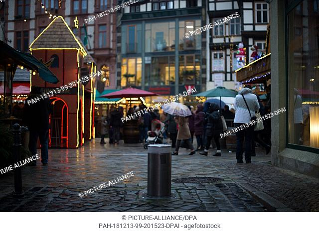 12 December 2018, Saxony-Anhalt, Quedlinburg: A permanently installed, retractable bollard can be seen in an alley leading to the Christmas market