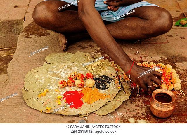 Holy rituals at the Ghats of Varanasi, Benares, Uttar Pradesh, India, Asia