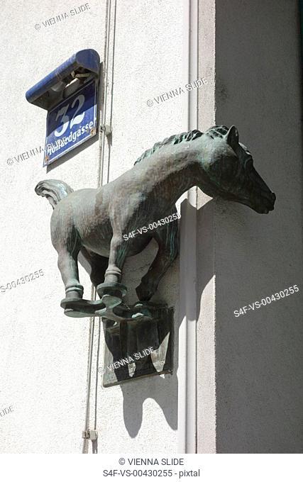 Pferdefigur an einer Hausfassade