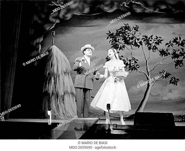 Italian actor Carlo Dapporto and Italian showgirl Delia Scala (Odette Bedogni) in the musical Giove in doppiopetto staged at Teatro lirico of Milan