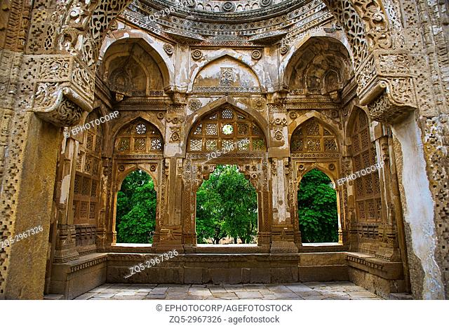Inner carved wall of a large dome built over a podium, Jami Masjid (Mosque), UNESCO protected Champaner - Pavagadh Archaeological Park, Gujarat, India