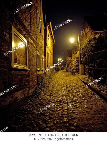 Germany, Lauenburg/Elbe, Elbe, Schleswig-Holstein, old town, Hunnenburg Street, residential buildings, lantern, cobblestone, night shot