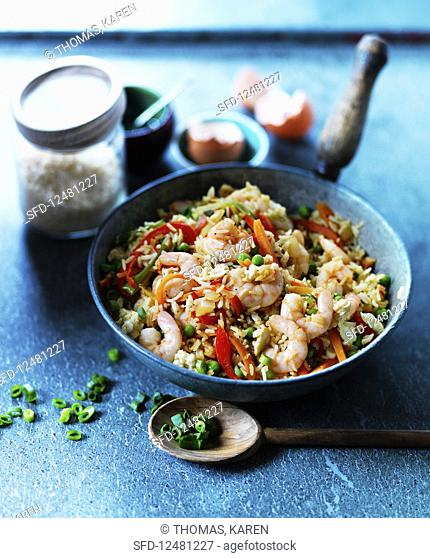 Fried rice with ginger prawns, spring onions, peppers and carrots (China)
