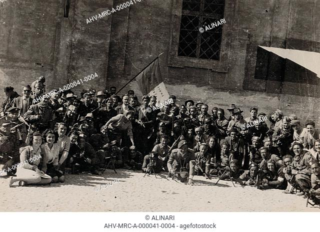 Album Esercito Sud e Partigiani: Photo of group of partisans with the flag of the 2nd Division (15th Brigade Assault): men and women with British arms