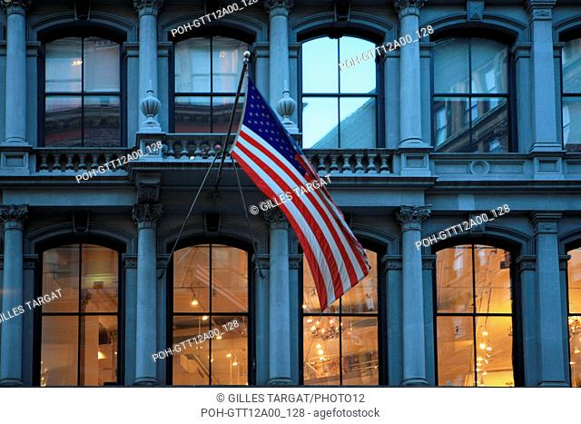usa, etat de New York, New York City, Manhattan, Chelsea, buildings, rue, boutique, nuit, drapeau, Photo Gilles Targat