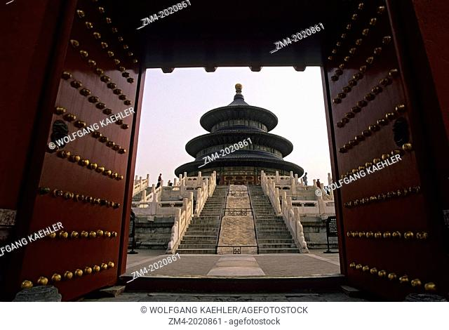 CHINA, BEIJING, TEMPLE OF HEAVEN, VIEW THROUGH GATE