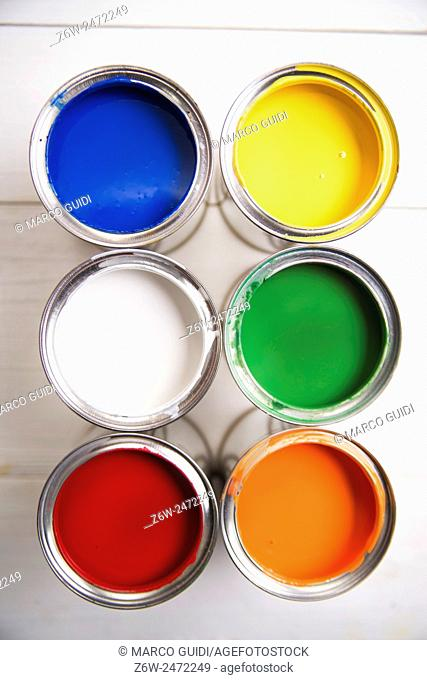 Presentation of a series of cans of paint of various colors