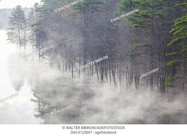 USA, New England, New Hampshire, Hopkinton, autumn fog, Hopkinton Lake