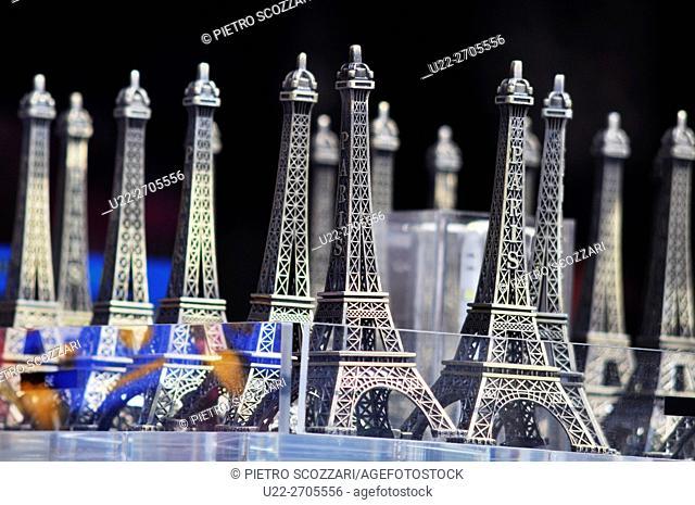 Paris, France: mini-Tourre Eiffels souvenirs