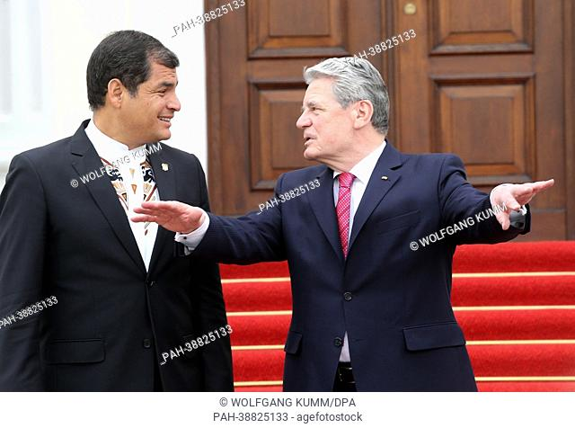 Federal President Joachim Gauck (R) receives the President of Ecuador Rafael Correa in Bellevue Palace in Berlin, Germany, 16 April 2013