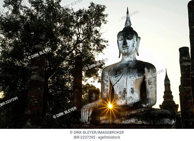 Seated Buddha statue with the sun at Wat Mahathat temple, Sukhothai Historical Park, UNESCO World Heritage site, Northern Thailand, Thailand, Asia
