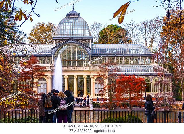 Palacio de Cristal en el Parque de El Retiro en otoño. Madrid. España