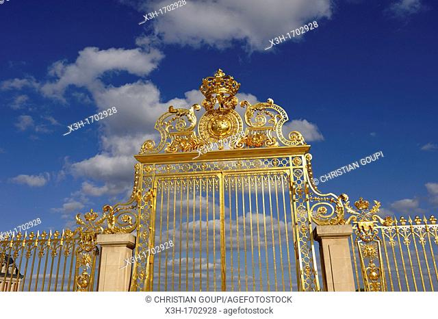 Golden gate of the Royal Courtyard, Palace of Versailles, Yvelines departement, France, Europe