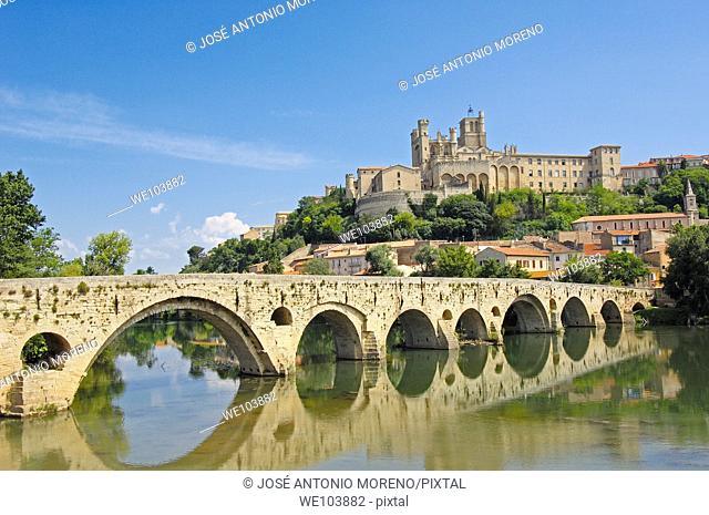 River Orb, Old Bridge and Saint-Nazaire cathedral, Beziers, Herault, Languedoc-Roussillon, France